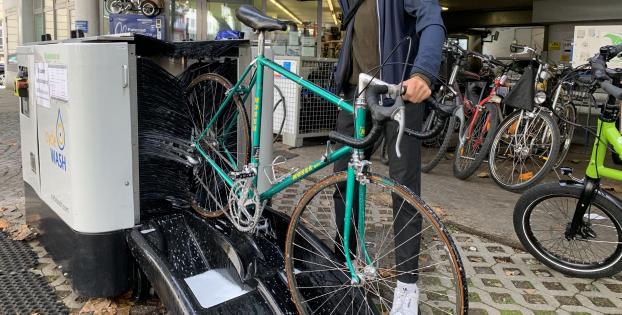 München hat die weltweit erste Radl-Waschanlage